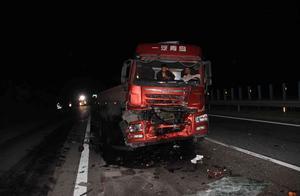 京昆高速两辆重型半挂车发生追尾   致两人受伤车辆严重受损