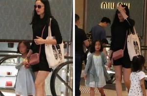 吴彦祖一家回香港,6岁混血女儿身材高挑很文静,吴彦祖霸气护女