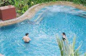 97岁杨振宁婚姻崩塌?夫妻游泳照被爆,细节一目了然。