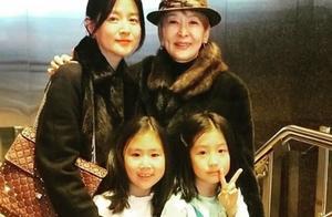 48岁李英爱带8岁女儿看舞台剧,妈妈优雅温婉女儿俏皮比剪刀手