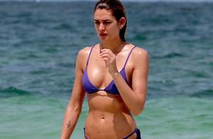 模特谢娜·泰勒(Shayna Taylor)穿着紫色比基尼在图卢姆海滩