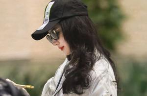 刘亦菲罕见亮相机场,鸭舌帽也挡不住的美貌!格子夹克配卷发抢镜