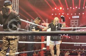里合腿大师田野被揍昏,遭对手高扫踢上头重拳暴打头