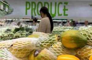 52岁王祖贤超市买菜挑便宜货,女神依旧貌美肤白,驼背弯腰不见了