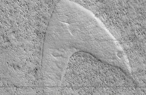 这是什么奇妙的缘分!火星上竟然有疑似《星际迷航》的LOGO