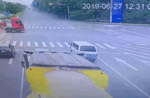 悲剧!一人死亡!今天中午常州长江路附近发生车祸,车身都被削掉一半……