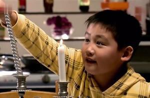 男孩为父母和好精心准备烛光晚餐,不慎操作失误,惊喜变成惊吓