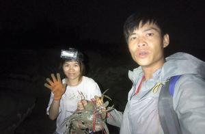 阿强和老婆去海边约会,没想到今晚螃蟹泛滥了,抓到的都是大螃蟹