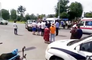 悲剧!装载花圈三轮车和奥迪试驾车相撞 事故导致1人遇难4人受伤