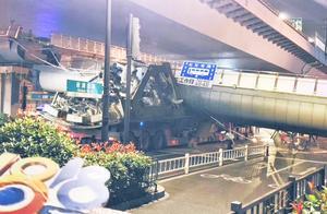 突发!杭州市区路口天桥被顶断坍塌!