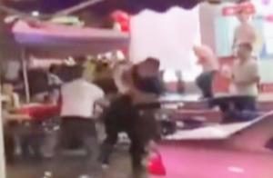 实拍:广东江门街头打斗致1人死亡 只因双方会车互不相让起争执