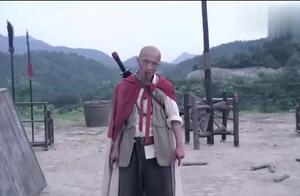 女战士的长刀被土匪砍断,不料她还有后招,又拿出了两把匕首