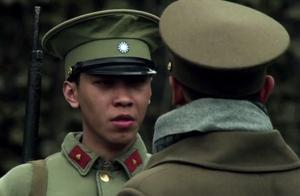 小伙没带证件,小兵拦住不让进,长官亲自来迎他,名字就是通行证
