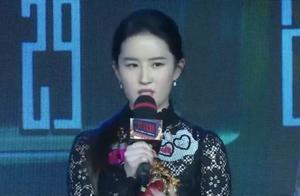 刘亦菲与干爹陈金飞聚餐,妈妈坐中间侃侃而谈