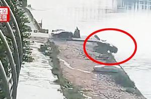 突发!轿车倒车时坠入金沙江 事发地水深20米 伤亡情况不详