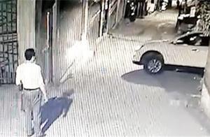 男子误把油门当刹车 不慎在倒车时撞垮一面墙 监控拍下尴尬全过程