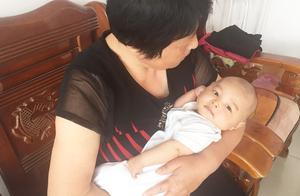 农村奶奶去看小孔宝,抱着就不松手了,奶奶和小孔宝太亲了