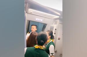怒!母亲堵舱门致航班延误30分钟 称女儿逛免税店错过登机
