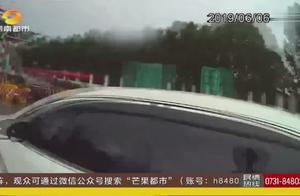 高速收费口,一辆小车缓慢行驶,民警打开车门一看竟无人驾驶!