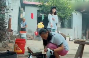 变形记城市女孩才来农村,第二天农村女孩就主动帮她刷鞋