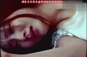 可怜的美女被一群流氓给侮辱,男友竟见死不救?网友:悲哀啊!