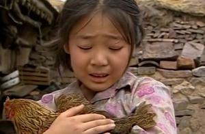 七岁小花含泪把家里老母鸡买了,只为还村长钱,懂事的让人心疼