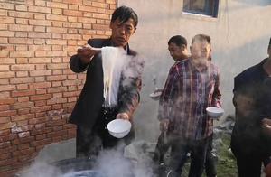 河南农村办大事时的晚饭,一人一碗面条,还能再简单吗?
