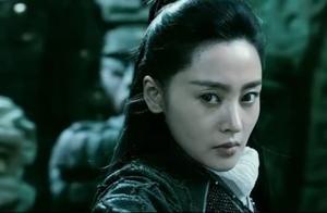 为了争夺一个盒子,男子与亲妹妹刀剑相向,下手真的狠