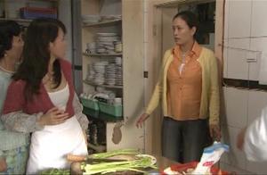 母女俩软磨硬泡让厨师答应教做菜,不想老板娘一过来功夫全白费