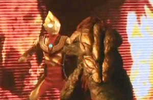 迪迦奥特曼面对两个怪兽能量不足 初代奥特曼来了!