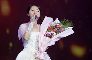 """杨钰莹演唱会歌曲展播之《我不想说》,临场现学河南话""""我爱你"""""""