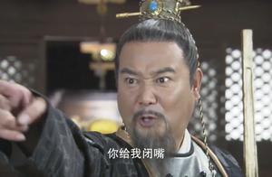 八贤王和太后争吵,旁边的公公也敢插嘴,八贤王拿起手中金锏就打