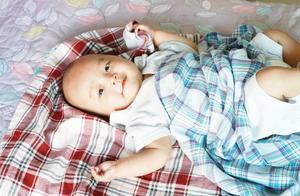 小孔宝睡醒了没人管,自己也能完好长时间,这样宝宝不让大人操心