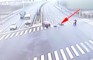 轿车抢黄灯油门越踩越用力,闯红灯骑行人惹祸上身,悲剧收场!