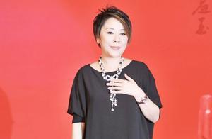 赵本山神剧捧红了这个歌手,不算美女唱歌却有实力!