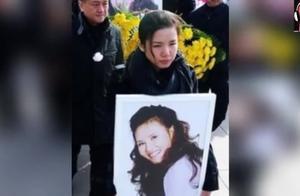 歌唱家芦秀梅去世的时候,董文华落泪,蔡国庆哽咽说:别拍了