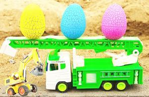 户外吊车工程车运来玩具蛋,会变形的奇趣蛋