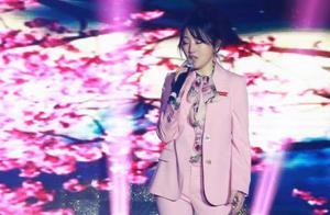 杨钰莹演唱会歌曲展播之校庆《心雨》,与学弟牵手拥抱引全场沸腾
