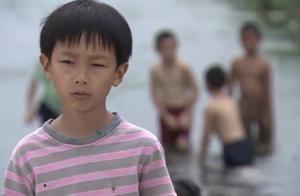 堂哥嘲讽男孩不敢下水,怎料男孩下水玩憋气,把堂哥吓得不行