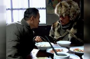 闯关东:朱开山供了快要死的土匪头子一顿饭,土匪送了他一样东西