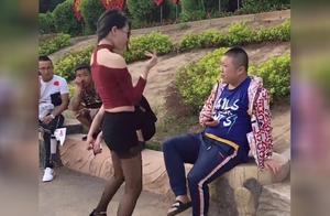 公园里性感美女对着小伙跳舞,没想小伙不为所动,太逗了