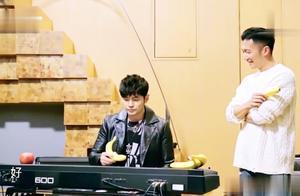 周杰伦用香蕉弹《青花瓷》,不想谢霆锋拿出一个菠萝,周杰伦蒙圈