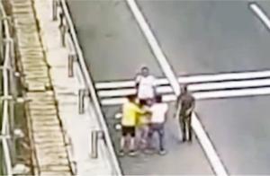 湖南益阳:夫妻俩高速上起争执 竟下车大打出手 监控拍下全过程