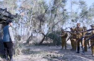 日本人轻信女子的话,鬼子全被带进百人坑,机关一按全被活埋!
