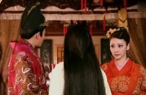 皇后被皇上推到一边,竟吐出异物,皇上大怒:快宣太医!