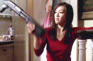 钟丽缇睡觉竟然有杀手偷袭,没想到她玩枪,连成龙都吃惊,帅爆了