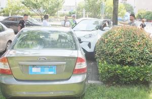 女子穿8厘米高跟鞋开车撞人 准备下车处理又踩错油门再撞两车