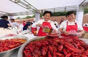 江苏盱眙:万人龙虾宴火爆开席 三万食客狂扫龙虾40吨