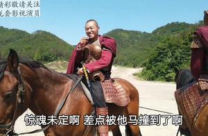 剧组偶遇目标哥,群众演员十三过去拍视频,差一点被马撞到出事故