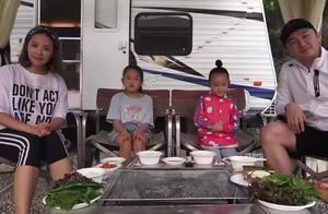 韩国农村一家4口,挤在一起好拘谨,嘴里总塞得满满的,吃真幸福